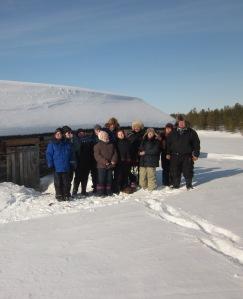 KOSAKUn opiskelijat ja opettaja sekä kielimestarit kalastuskurssilla Pakanajoella 25.3.2013